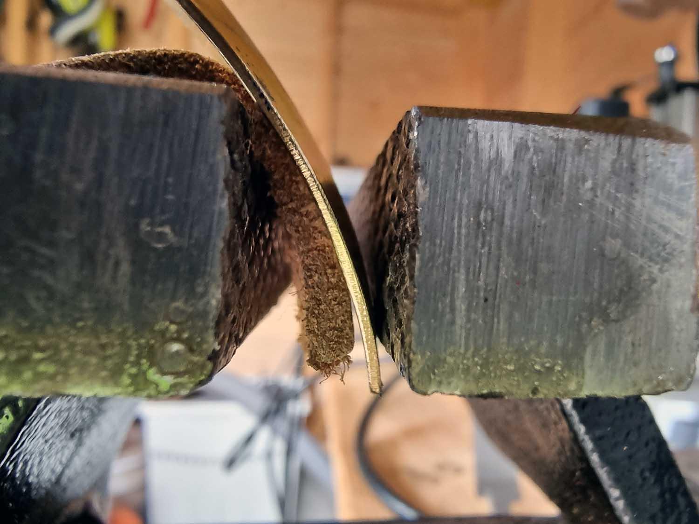 bøyer til en s-form på sluken ved hjelp av håndkraft av skrustikke